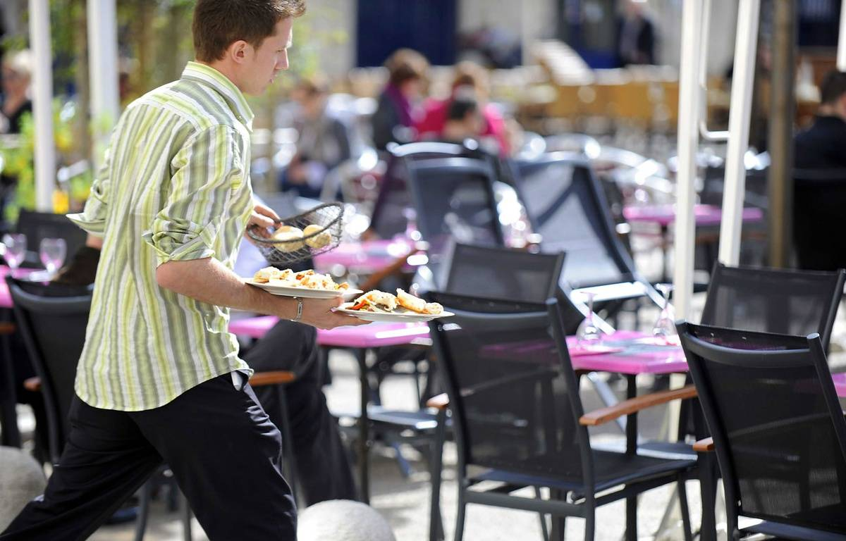 Illustration d'un serveur sur la terrasse d'un restaurant. –  DAMOURETTE/SIPA