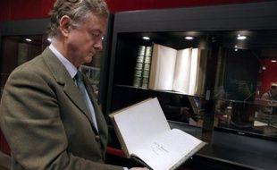Un commissaire-priseur présente le manuscrit des Mémoires d'outre-tombe de Chateaubriand, le 25 novembre 2013 à l'Hôtel Drouot à Paris