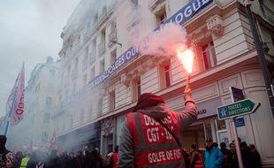 A Marseille, les militants syndicaux ont brûlé une banderole anti blocage déployée par le Medef local.