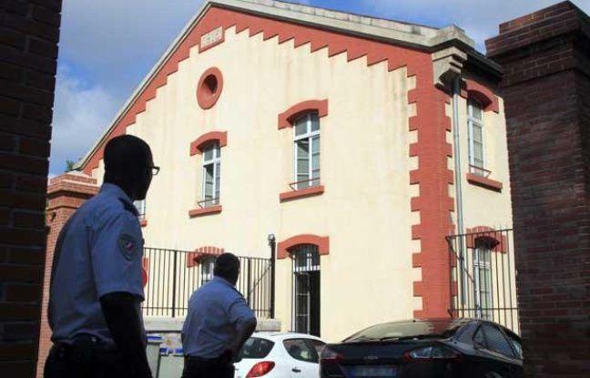 Des policiers devant le bâtiment de la Légion étrangère où a été découvert le corps de Francisco Benitez, à Perpignan le 5 août 2013.