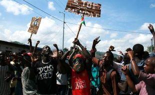 Des manifestants protestent contre un troisième mandat du président Pierre Nkurunziza, le 11 mai 2015 dans les rues de Bujumbura