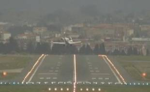 Capture d'écran d'une vidéo de France TV info montrant des avions atterrissant difficilement en raison du vent, le 25 avril 2012 à Bilbao.