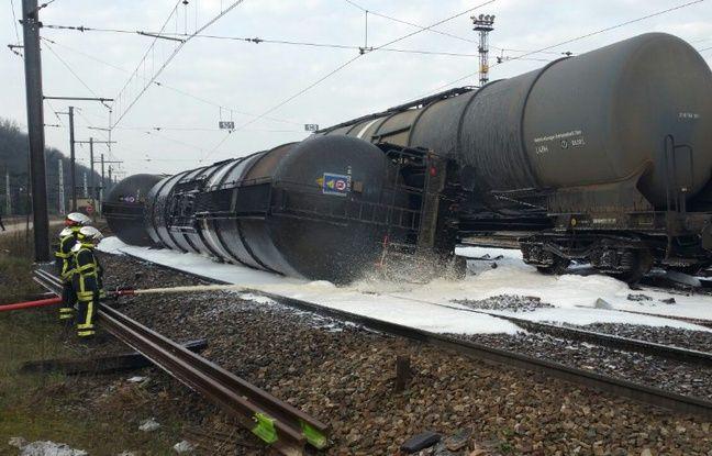 Trois wagons contenant du bioéthanol se sont accidentellement renversés lundi matin à la gare de triage de Sibellin, dans le Rhône.