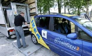 """Un technicien remplit d'hydrogène l'un des  """"véhicules propres"""""""