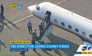Les images de la télévision américaine KABC-TV montrent James Comey, directeur du FBI, monter dans un avion à l'aéroport de Los Angeles, le 9 mai 2017.
