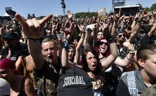 Des fans du Hellfest devant la scène principale du festival de Clisson.