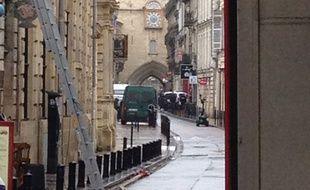 Un fourgon suspect a entraîné le blocage de la rue du Mirail, jeudi 19 novembre 2015 à Bordeaux
