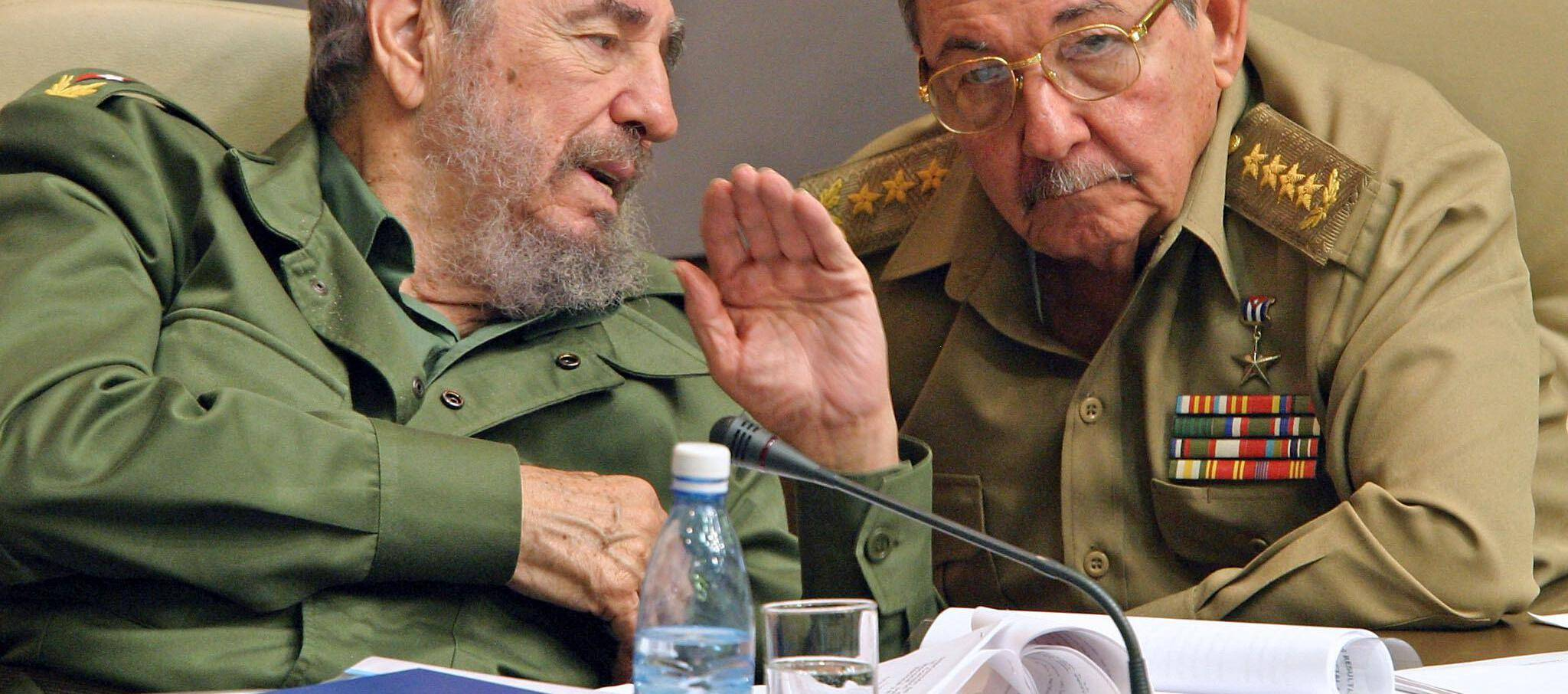 Fidel (à gauche) et Raul Castro, à la Havane le 23 décembre 2003 (illustration).
