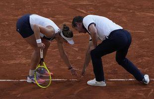 La Tchèque Barbora Krejcikova et l'arbitre de chaise discutent une marque en demi-finale de Roland-Garros, le jeudi 10 juin 2021, à Paris.
