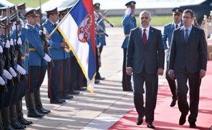 Le Premier ministre serbe Aleksandar Vucic (d) et son homologue albanais Edi Rama passent en revue la garde d'honneur, le 10 novembre 2014 à Belgrade