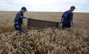 Des secouristes ukrainiens ramassent les corps des victimes du vol MH17 à Grabove, en Ukraine, le 19 juillet 2014