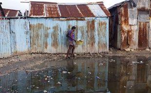 Une femme dans un bidonville de Port-au-Prince, le 6 septembre 2017, avant l'arrivée de l'ouragan Irma.