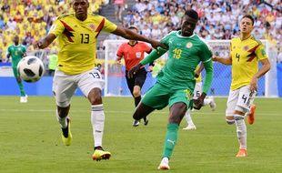 Le défenseur colombien Yerry Mina protège comme il peut le ballon.