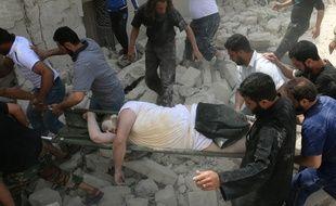Des secours évacuent un blessé à Alep, en Syrie, après des frappes aériennes gouvernementales sur un hôpital qui ont fait au moins 14 morts.