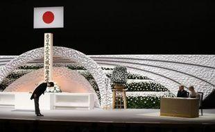 Le Premier ministre Shinzo Abe (g) se prosterne, le 11 mars 2015 devant le couple impérial japonais lors des cérémonies d'hommages, quatre ans après le tsunami dévastateur