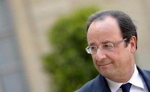 """Le chef de l'Etat François Hollande a adressé mercredi un """"message"""" de """"confiance"""" aux quartiers défavorisés, lors d'une visite à Clichy-sous-Bois (Seine-Saint-Denis) où il a symboliquement présidé à la signature d'un contrat d'""""emploi franc"""" avec un jeune de la commune."""