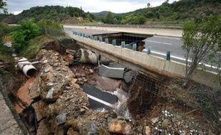 Un pan de l'autoroute A75 effondré à la suite de violents orages, le 13 septembre 2015 à Lodève, dans l'Hérault