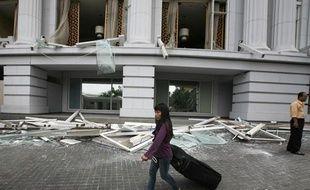 Une cliente quitte le Ritz-Carlton de Jakarta après le double attentat qui a fait neuf morts le 17 juillet 2009.