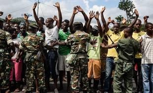 Des militaires repoussent des manifestants à Bujumbura au Burundi ce mercredi, alors que le pays est en proie à de grandes tensions depuis fin avril.