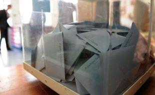 Une urne dans un bureau de vote de Marseille, lors du second tour des cantonales le 16 mars 2008.
