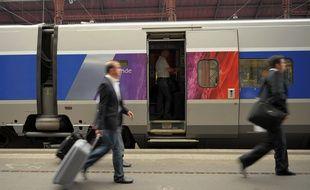 Des passagers montant dans un TGV en gare de Strasbourg.