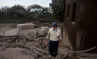 Les cendres du volcan ont tout recouvert dans les villages à proximité, ici à Escuintla, le 4 juin.