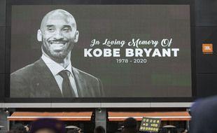 Devant le Staples Center suite au décès de Kobe Bryant en janvier 2020