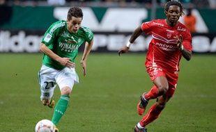 Le milieu de Saint-Etienne Romain Hamouma à la lutte avec le défenseur de Valenciennes Gaëtan Bong le 23 novembre 2012.