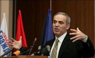 """Garry Kasparov, chef de file du mouvement L'Autre Russie, a appelé dimanche l'opposition à unir ses forces pour """"démanteler"""" le régime mis en place par Vladimir Poutine, alors qu'elle reste lourdement handicapée par ses divisions internes."""
