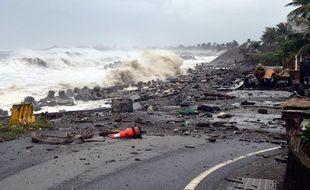 Des débris sur une route côtière du comté de Taitung, dans l'est de Taiwan, avant le passage du typhon Mangkhut, le 15 septembre 2018.