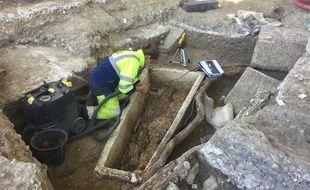 Lola travaille sur l'un des sarcophages.