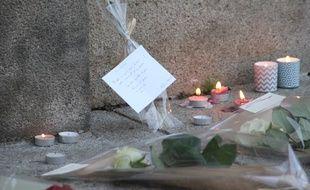 Des bougies allumées place de la Mairie à Rennes en hommage aux victimes des attentats à Paris.