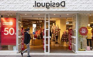 Une personne devant un magasin Desigual en Espagne.