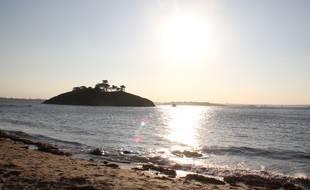Coucher de soleil sur une plage en Bretagne, ici à Saint-Briac-sur-Mer, dans le Morbihan.