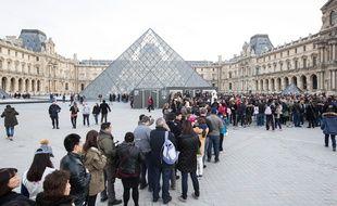 File d'attente de touristes au musée du Louvre. (Illustration)