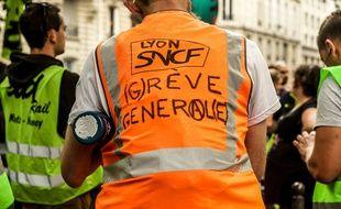 200 cheminots ont manifesté lundi dans les rues de Paris.