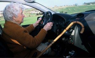 Personne âgée au volant.