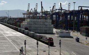 Des conteneurs sur un quai du port du Pirée où le Chinois Cosco contrôle deux des trois terminaux de freight, le 20 juin 2014 à Athènes