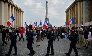 """Plusieurs centaines de personnes ont manifesté dimanche à l'appel de l'Institut Civitas, fer de lance des intégristes catholiques nationalistes, contre l'""""anti-christianisme"""" et la """"politique anti-familiale"""" du gouvernement, a constaté un journaliste de l'AFP."""