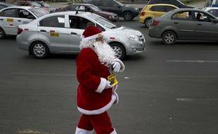 Un policier déguisé en Père Noel au Pérou ( illustration)