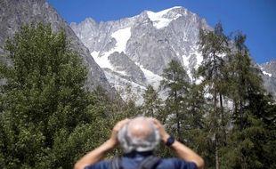 En août 2020, un randonneur observe le glacier du Planpincieux (massif du Mont Blanc), menacé d'effondrement sous l'effet de la hausse des températures