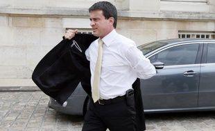"""Le ministre de l'Intérieur Manuel Valls a souhaité vendredi que les policiers aient sur le terrain une """"présence visible et rassurante"""" et à nouveau proscrit le tutoiement qu'il n'accepte pas."""