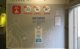 Réception de la commande du drive piéton au Carrefour City Renan de Lyon.