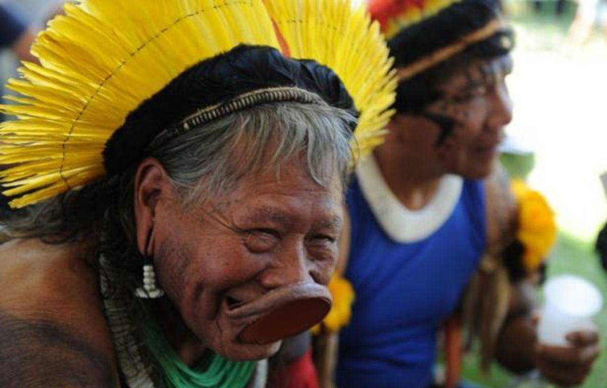 Le chef indien brésilien Raoni, défenseur de l'Amazonie, a reçu mardi un soutien international avec la remise d'une pétition de 350.000 signatures demandant l'arrêt du barrage géant de Belo Monte sur le fleuve Xingu, un affluent de l'Amazone au nord du Brésil. – Vanderlei Almeida afp.com