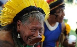 Le chef indien brésilien Raoni, défenseur de l'Amazonie, a reçu mardi un soutien international avec la remise d'une pétition de 350.000 signatures demandant l'arrêt du barrage géant de Belo Monte sur le fleuve Xingu, un affluent de l'Amazone au nord du Brésil.