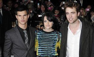 """Les stars de """"Twilight: Tentation"""", Taylor Lautner, Kristen Stewart et Robert Pattinson, à Londres, le 11 novembre 2009."""
