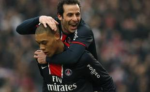 Paris Saint Germain's Guillaume Hoarau and Ludovic Giuly (top) celebrate after scoring against AS Nancy in their French Ligue 1 soccer match at Parc des Princes stadium in Paris March 1, 2009. REUTERS/Benoit Tessier (FRANCE)