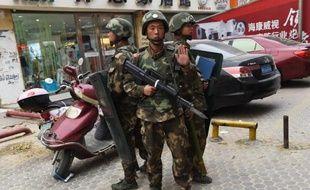 Des policiers près du centre commercial de Hotan dans la région du Xinjiang le 16 avril 2015