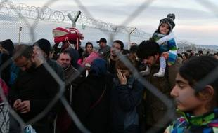 Des réfugiés syriens et irakiens à la frontière greco-macédonienne près d'Idomeni le 27 février 2016