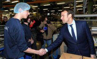 Le ministre de l'Economie Emmanuel Macron en visite le 15 janvier 2016 dans une usine du groupe Bolloré à Ergue-Gaberic